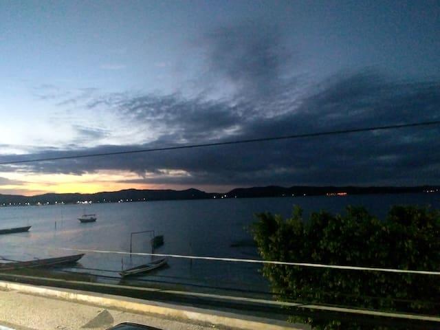 Salinas da Margarida vista para o mar.
