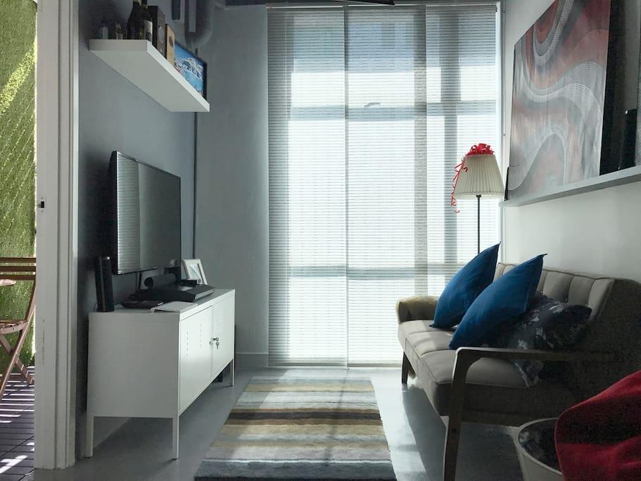 Faloe Hostel - Mini lounge at day.