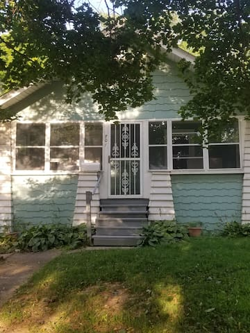 Rubber City Beachy Bungalow/wifi/porch/fenced yard