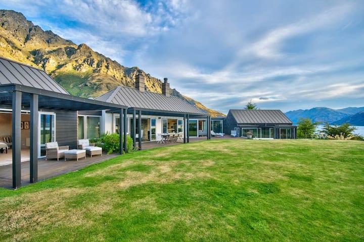 The Long House - Lake views & Spa pool
