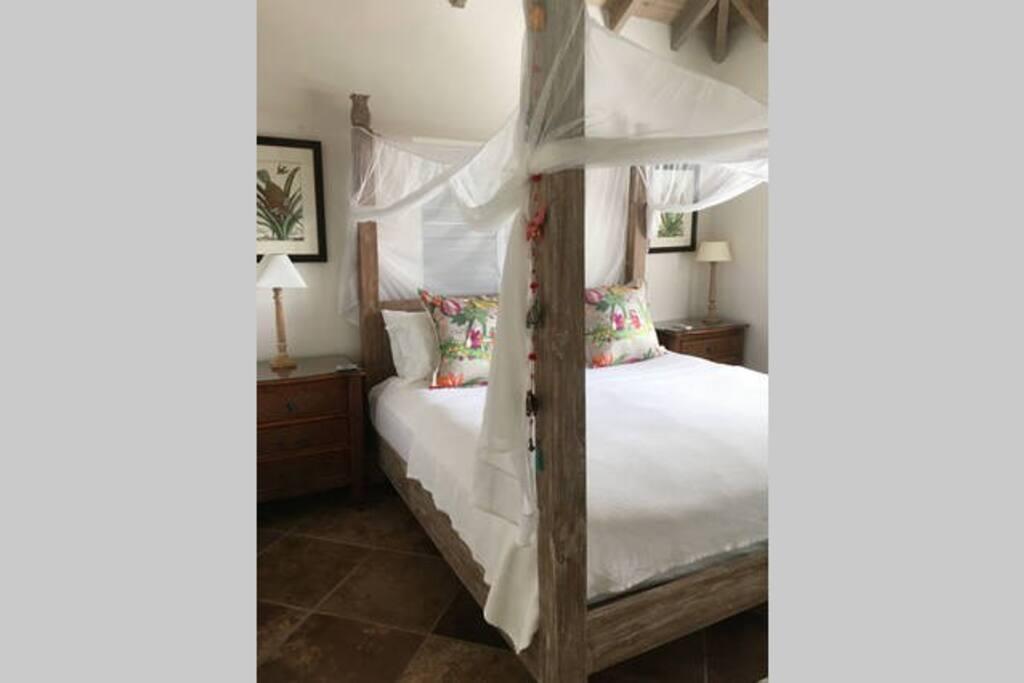 """""""Pineapple"""" Bedroom in main house, own bathroom"""