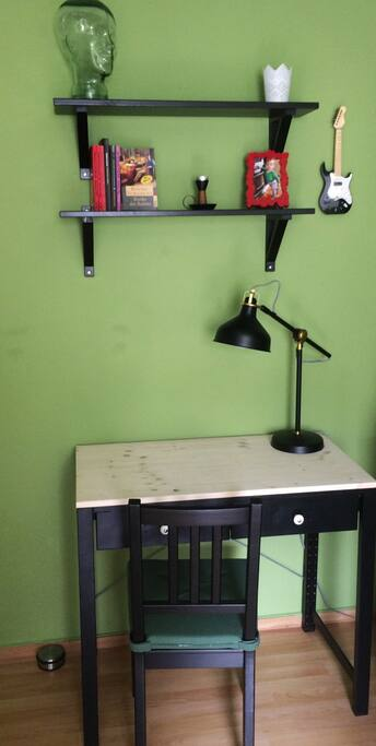 Schreibtisch mit Arbeitsbeleuchtung.