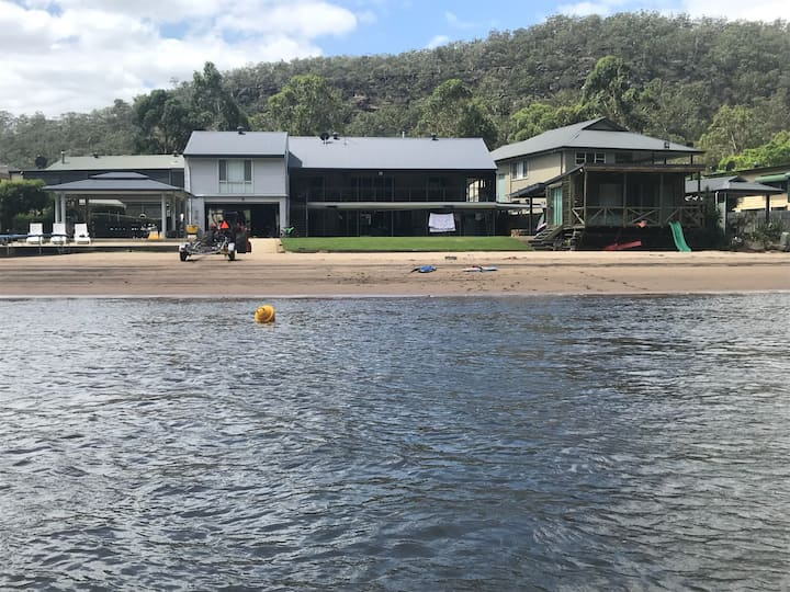 BEACH HOUSE ON THE RIVER Wisemans Ferry