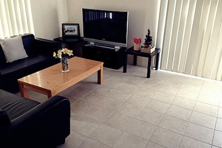 Centrally located! Affordable NEW double room - Haus