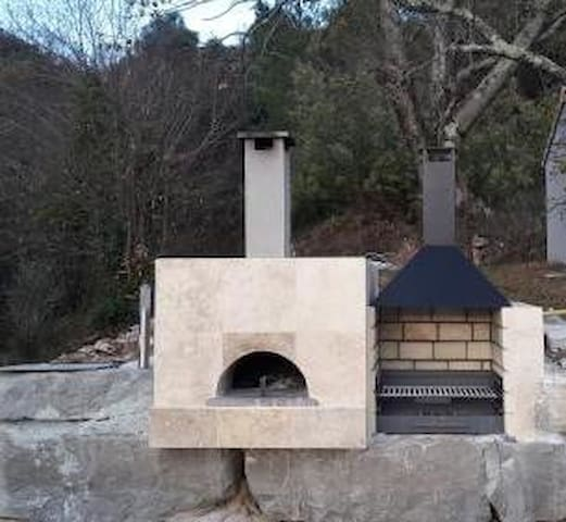 FOUR A PIZZA ET  BARBECUE