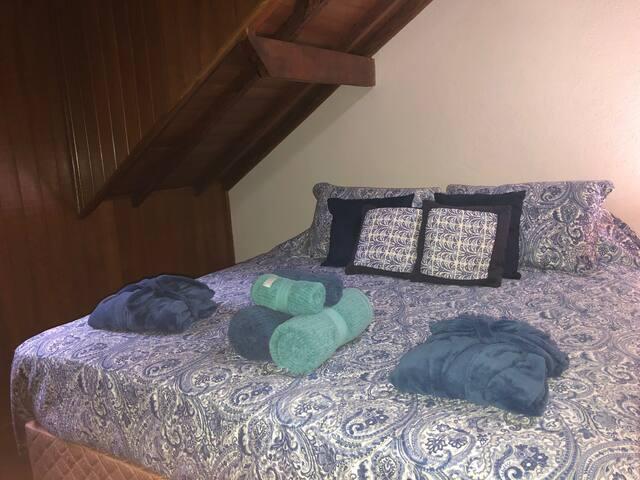Essa é nossa suite 3 com cama queen, maleiro para o conforto de sua mala, comoda, aquecedor a gás e dois roupões para seu conforto.