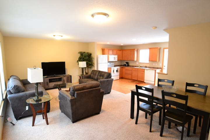 2 Bedroom 2.5 bath Townhome in Urbandale