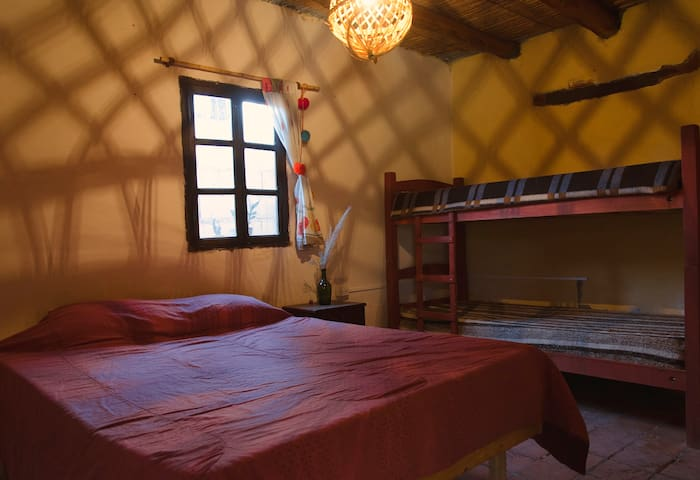 Habitación matrimonial baño compartido en Amaicha