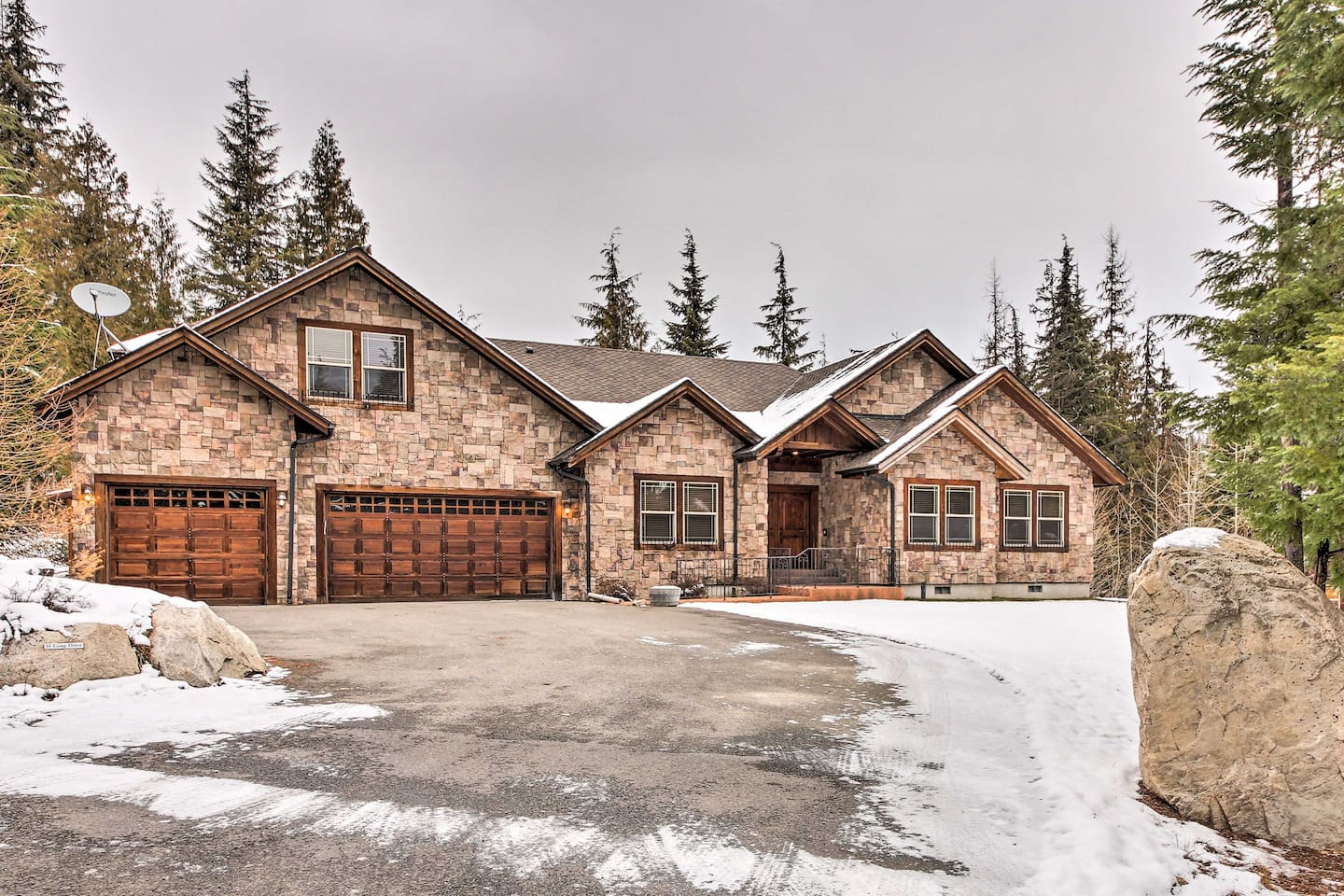 Escape to this luxurious 4-bedroom, 3-bathroom vacation rental house in Priest Lake!