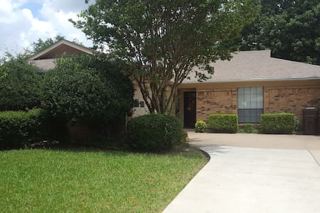 Comfortable, clean, quiet and pet friendly home!! - Plano