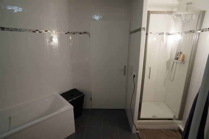 En haut aussi, une douche est disponible.