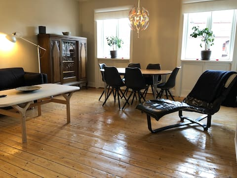 Explore CPH from a great 100 m2, 3-room apartment