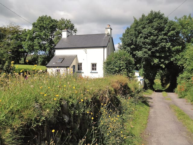 Cosy and peaceful Nadur Cottage, West Cork - Leap - Haus