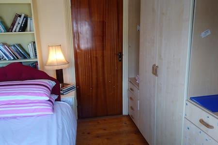 Comfortable single bedroom.
