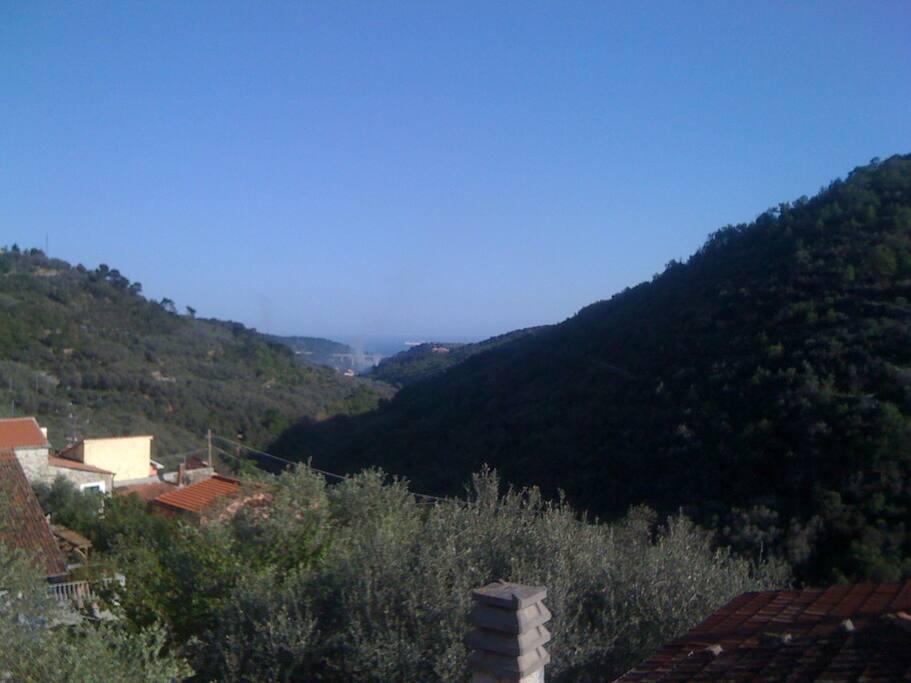 Bei gutem Wetter kannst Du bis Korsika sehen. Vor dem oberen Zimmer ist ebenfalls eine Terrasse, auf der Du Dich sonnen kannst, oder Dein Aperitiv einnehmen.