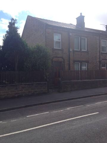 Large Double Rooms between Leeds and Manchester - Huddersfield - House