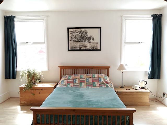 Large airy double room in family home in Southsea.