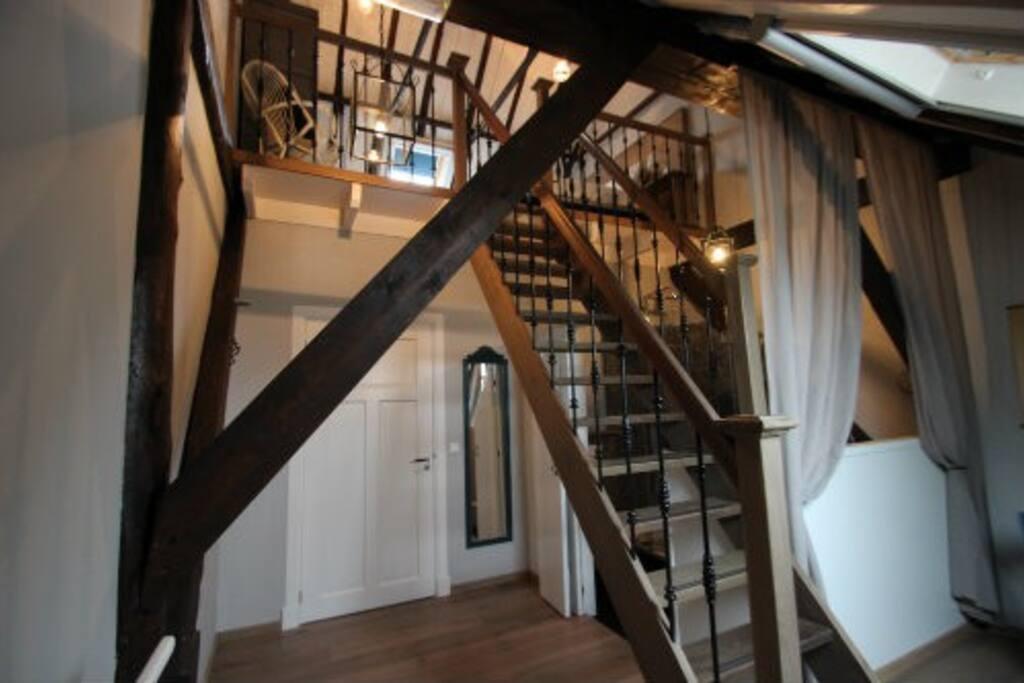 Wiedenkamer met trap naar slaapvide