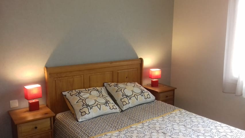 Chambre confortable avec draps fournis et lit fait