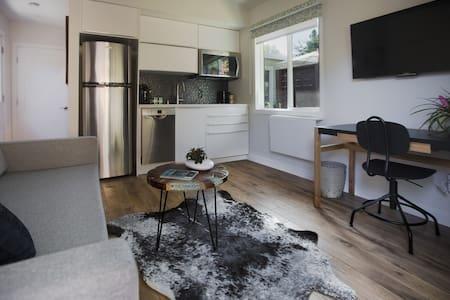 Modern Belmont Cottage - Belmont - Bungalov