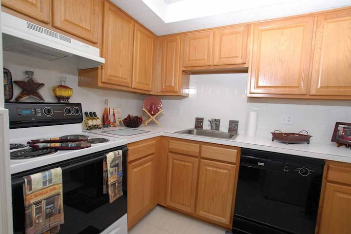 2 Bedroom apartment. One king bed and 4 rooms. - Marlborough