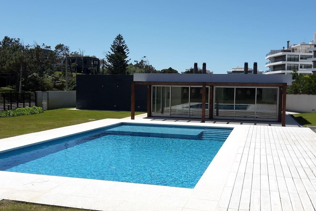 piscina y barbacoa