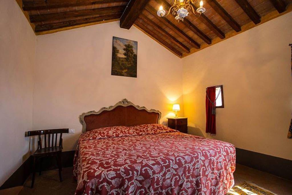 Camera da letto matrimoniale con letto a castello aggiunto
