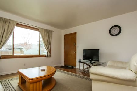 Lower 2 br apartment by airport - Milwaukee