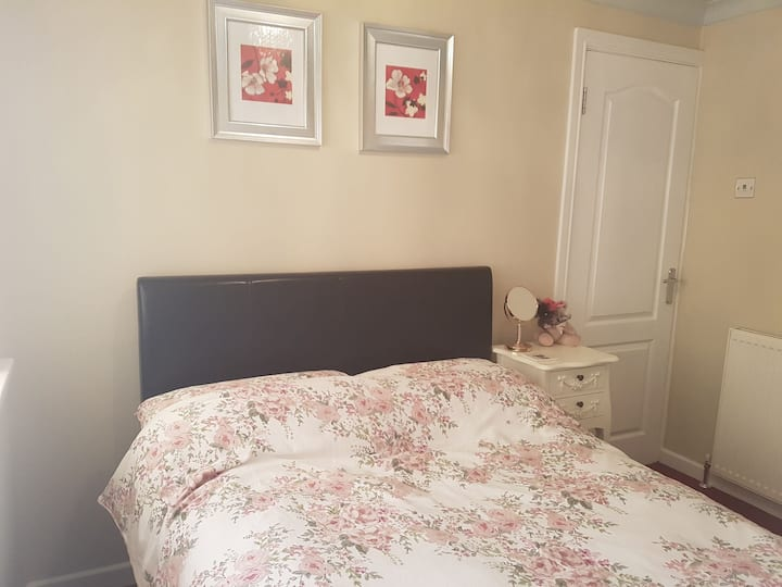 Double bedroom in a lovely home. Close to M42 j10