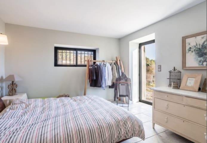 Bedroom and en-suite in renovated farmhouse - La Motte-d'Aigues - Дом
