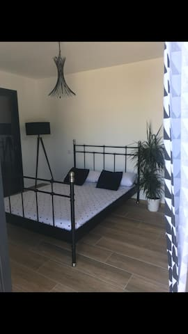 Chambre vue sur la piscine dans une villa