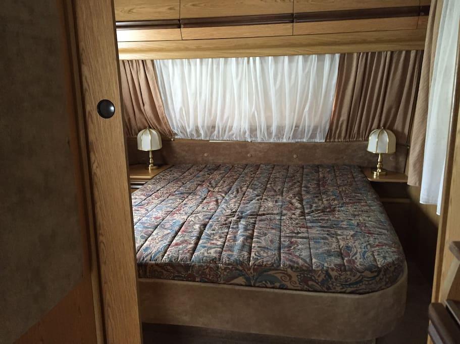 Bett im Wohnwagen  - Lit en caravane - Bed in caravan -