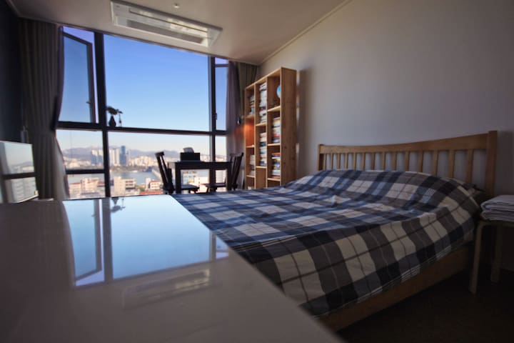 Riverview flat with a bookshelf/spacious - 서울특별시 - Appartement