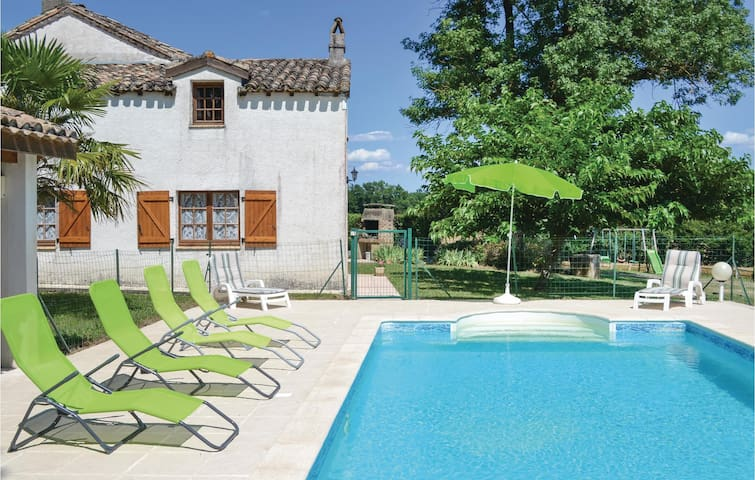 Holiday cottage with 3 bedrooms on 130m² in Montlauzun