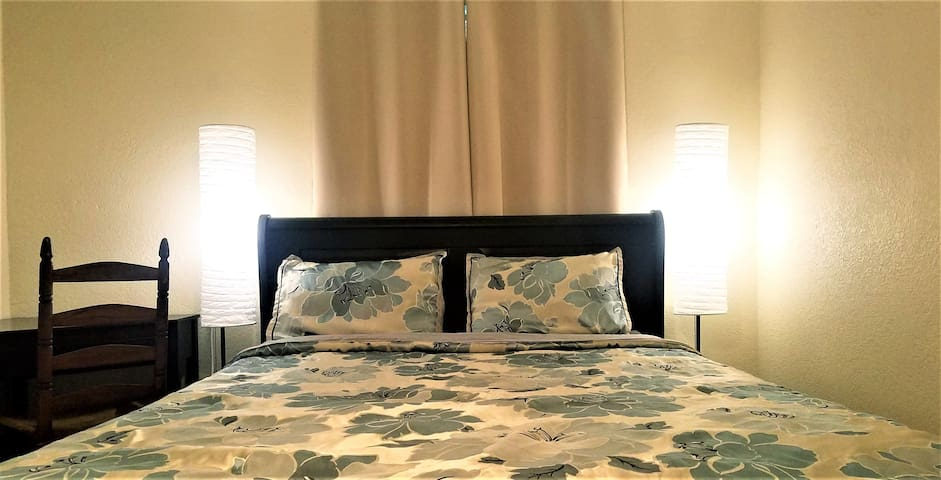 NO CLEANING FEE Queen sleigh bed by Busch gardens!