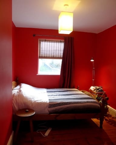 Cosy red guest double room in Easton home