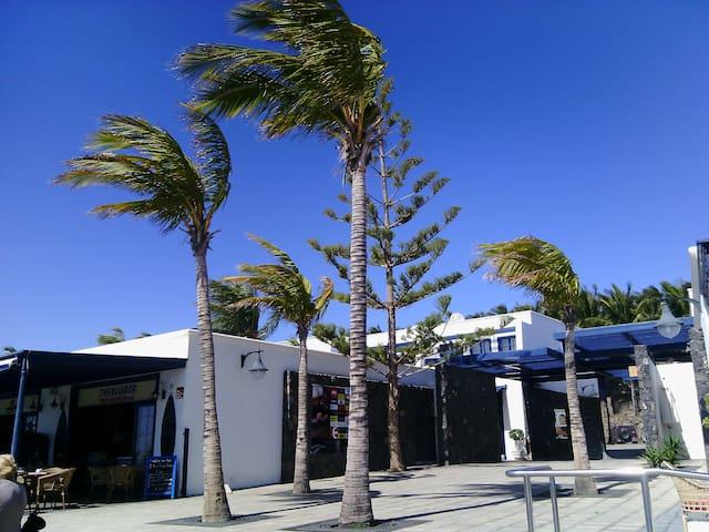 habitacion 15m2 ,nevera , microondas,mesa y sillas - Arrecife - Bed & Breakfast