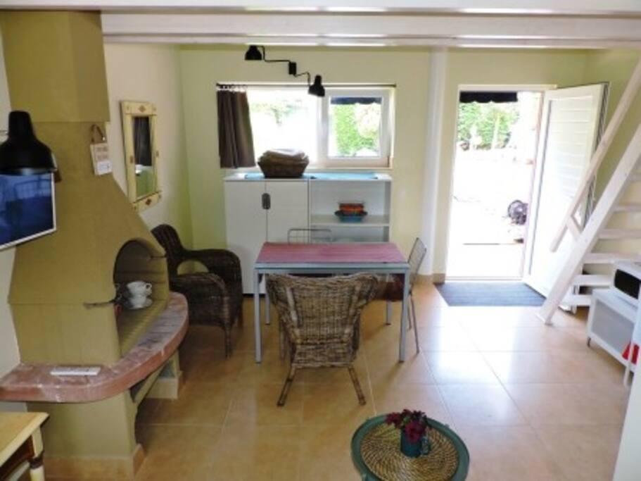 Alegre y confortable espacio diáfano con acceso directo al jardín privado, calefacción independiente y acceso a internet Wifi gratuito.
