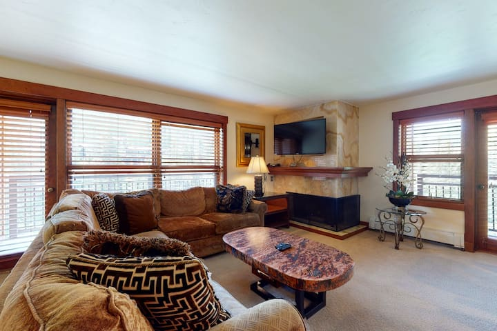 Ski-in/out condo w/ balconies, shared pool/hot tub/laundry, fireplace, fast WiFi