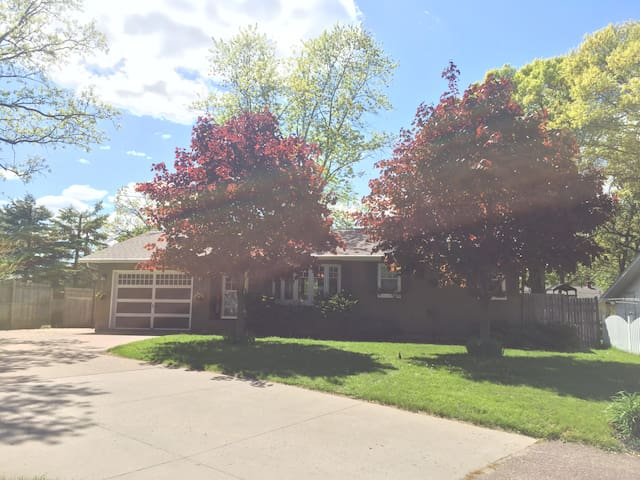 Abbe Hill (4 bed 1 bath) - Downstairs Apt Beds 3+4 - Eau Claire - Casa