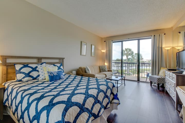 Cozy studio in bayfront building with shared pool and more!