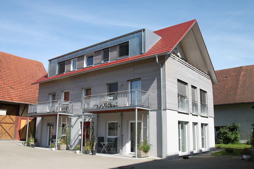 Außenansicht Haus Hopfendarre. Die Wohnung Jonagold befindet sich im Dachgeschoss.