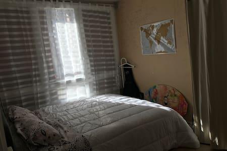 Chambre simple avec 1 grand lit neuf