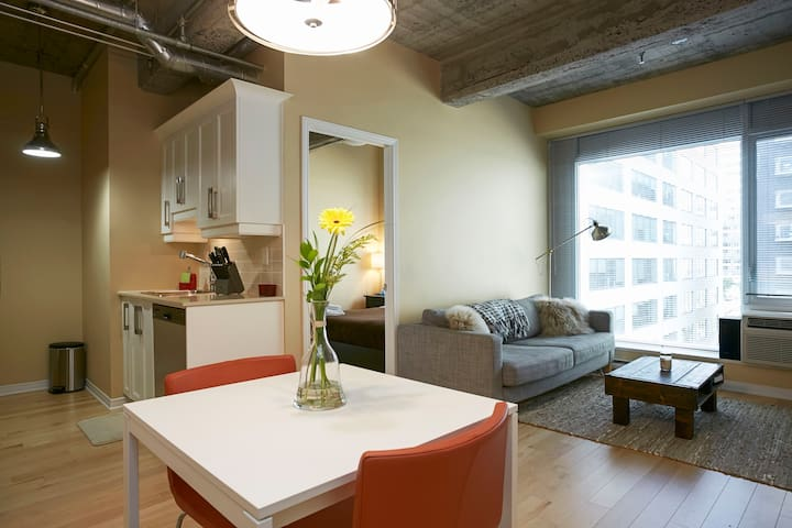 Room in DT - Close to Everything! - Montreal - Apto. en complejo residencial