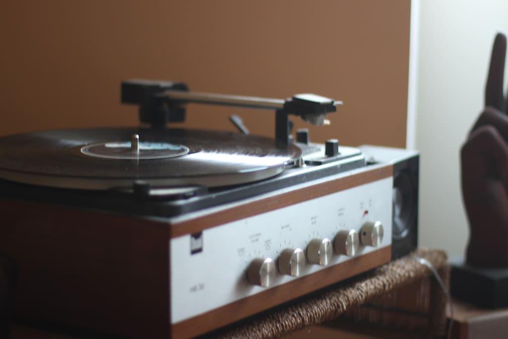 Une vieille platine des années 70 pour écouter un des nombreux vinyls à disposition