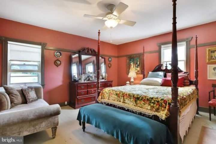 BnB with Spacious Room in c.1816 house near trails