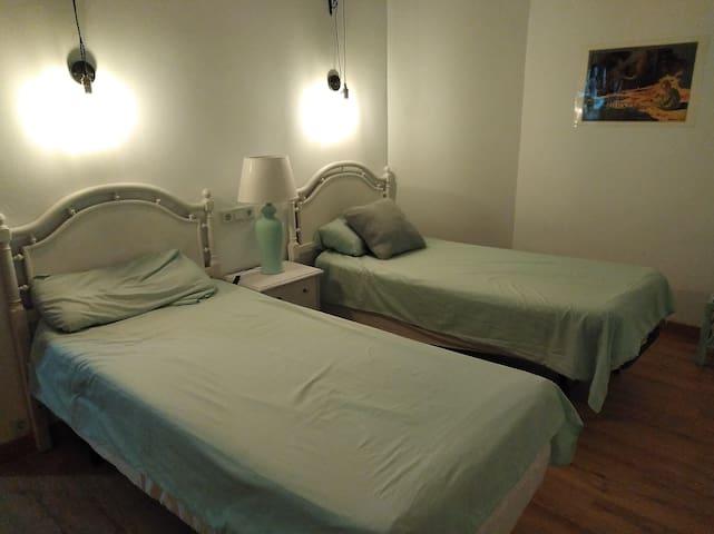 Habitación con 2 camas, en el centro de Blanes.