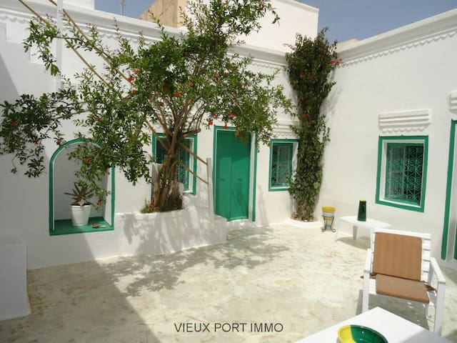 Charmant petit houch houses for rent in houmt souk for Maison traditionnelle tunisienne
