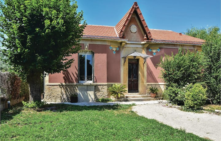 Beautiful home in Le Thor with WiFi and 2 Bedrooms