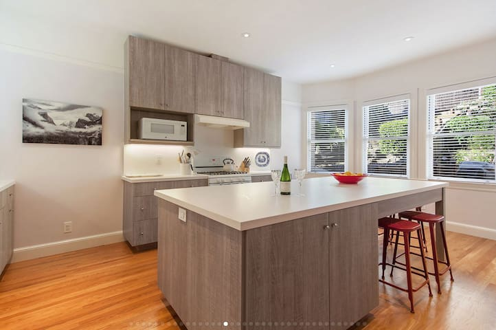 EXCEPTIONAL RUSSIAN HILL HOME: 2Bd/2.5Ba